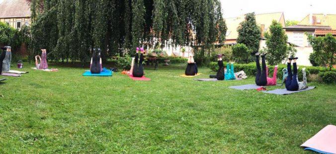 Yoga mit Matte unter der Buche